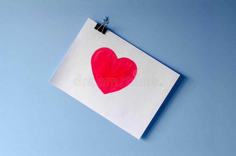 在白皮书板料爱的被绘的红色心脏 图库摄影