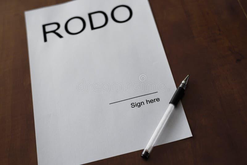 在白皮书的Rodo词与笔od木头书桌 库存照片