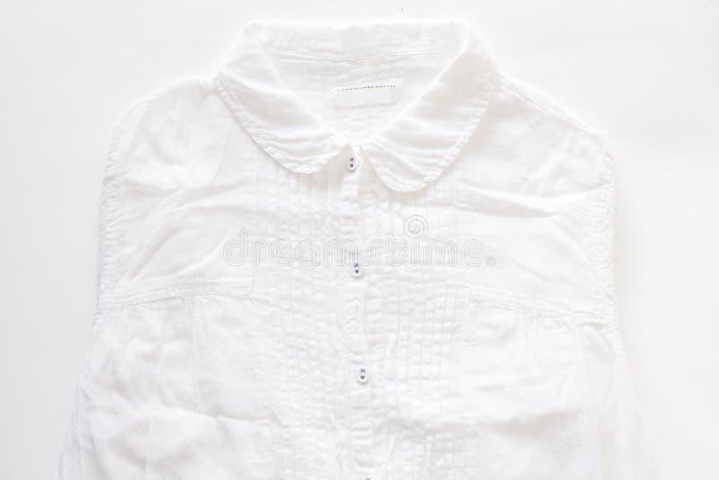 在白皮书背景的白色衬衣 免版税图库摄影