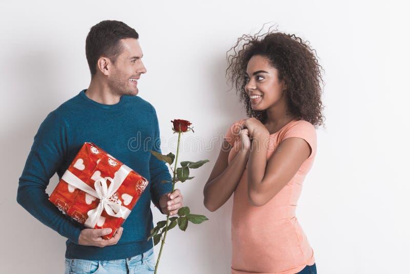 在白色一起隔绝的年轻夫妇户内 免版税库存图片