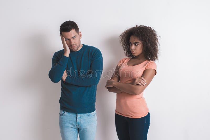 在白色一起隔绝的年轻夫妇户内 库存图片