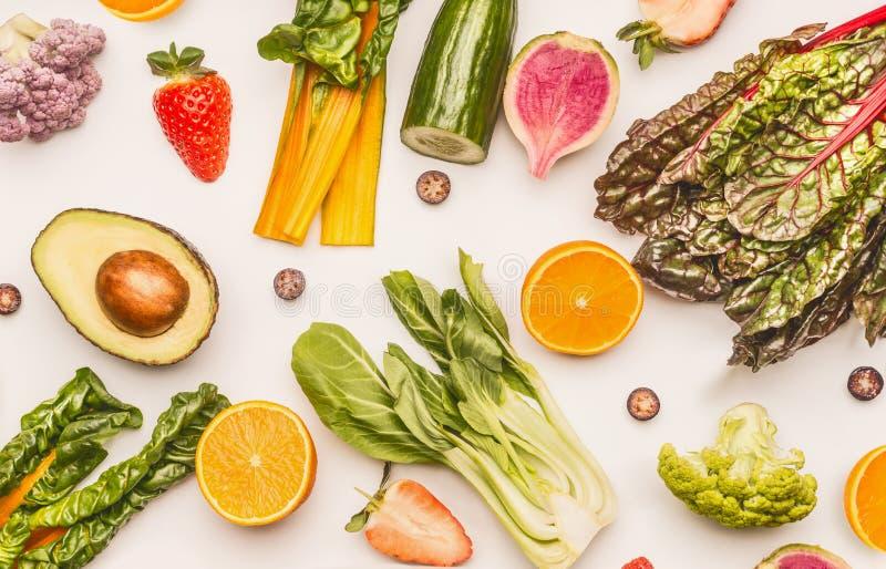 在白色书桌背景,顶视图,平的位置,样式的健康水果和蔬菜成份 健康清洗和戒毒所 库存照片