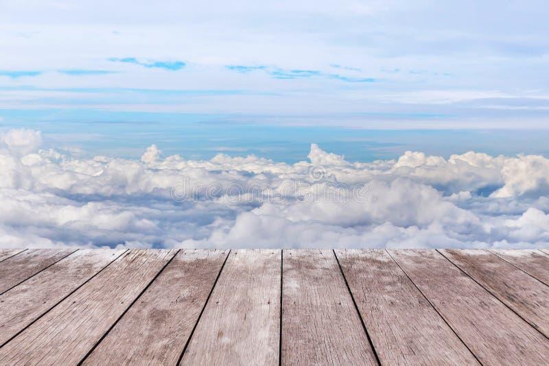 在白色云彩上的老木阳台大阳台地板 图库摄影
