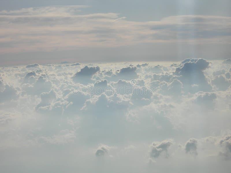 在白色云彩亲吻的天空的无限 免版税图库摄影