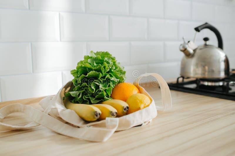 在白色亚麻制囊的有机蔬菜 免版税图库摄影