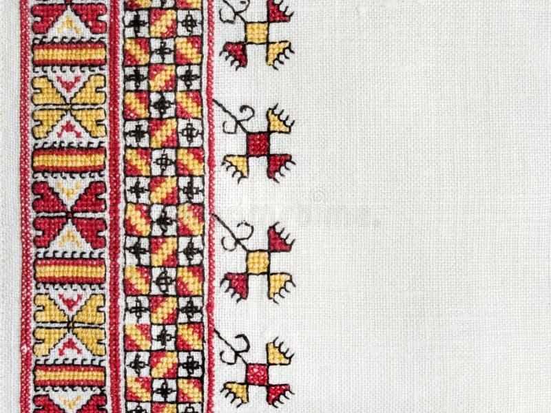 在白色亚麻布的乌克兰全国手刺绣 免版税库存图片