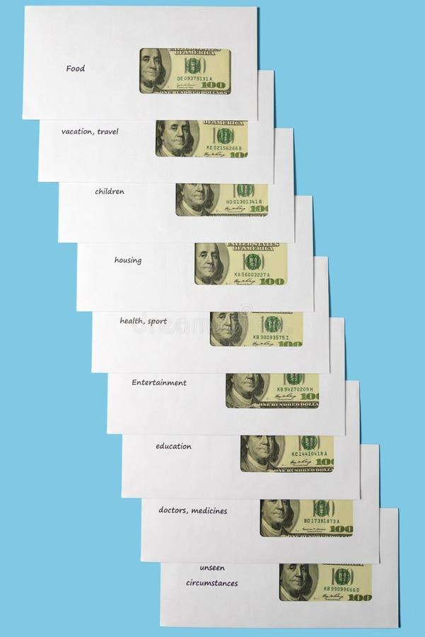 在白色信封的美国美元与被计划的题字对角地 r 收金钱 免版税图库摄影