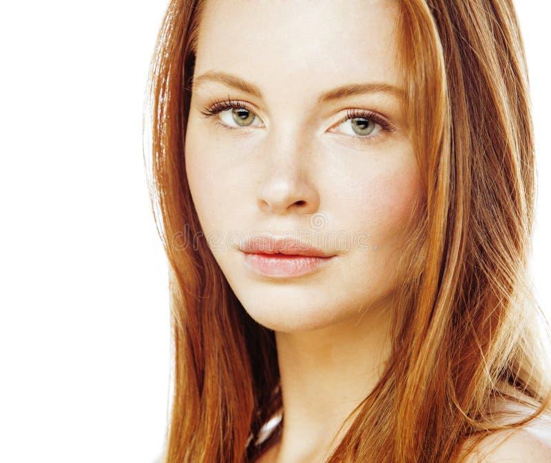 在白色关闭隔绝的温泉图片有吸引力的愉快的微笑的夫人年轻红色头发图片