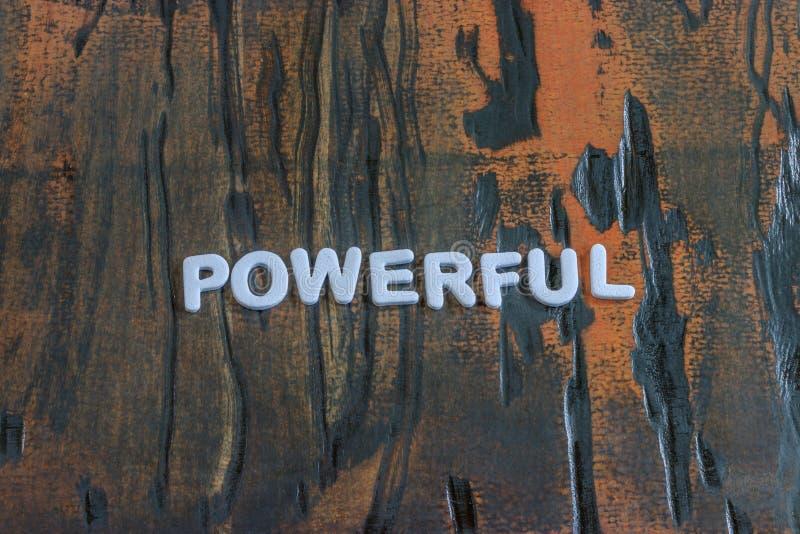 在白色印刷体字母中写道的词强有力 库存照片
