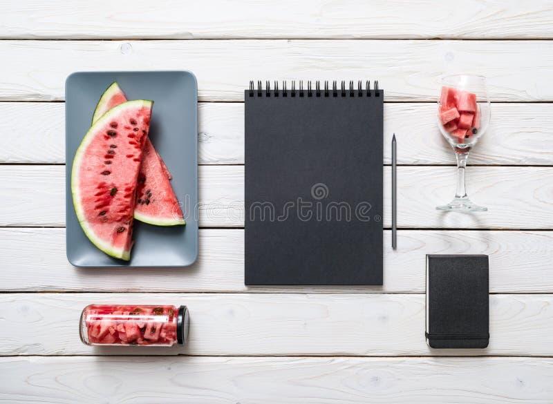 在白色厨房用桌上的写生簿 图库摄影