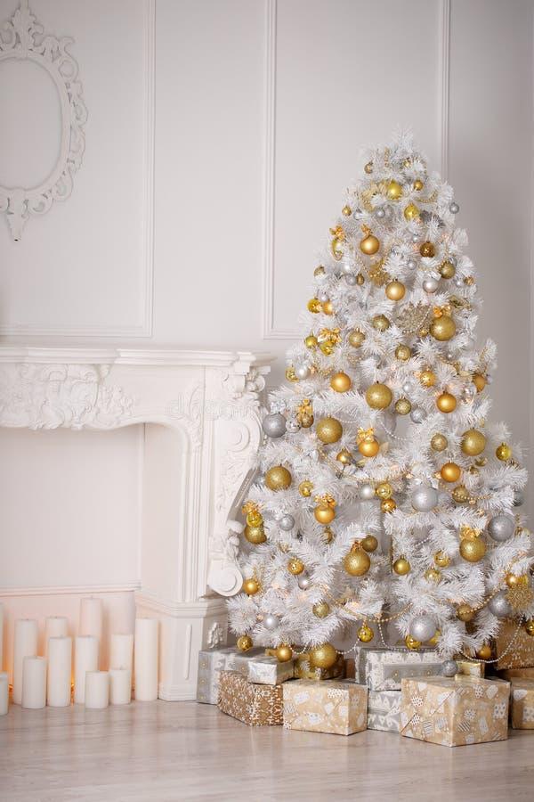 在白色口气的圣诞节装饰 库存照片