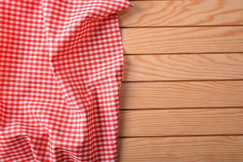 在白色台式的红色和白色方格的织品 免版税库存照片