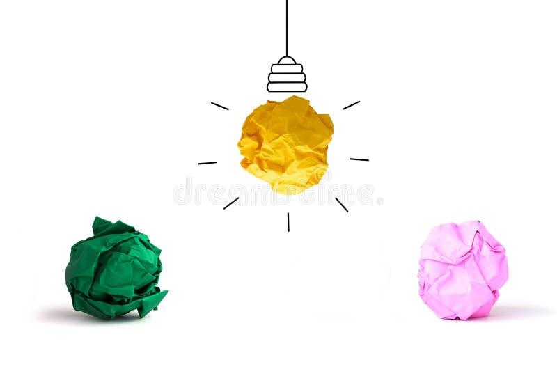在白色后面的概念想法多色被弄皱的纸电灯泡 免版税图库摄影