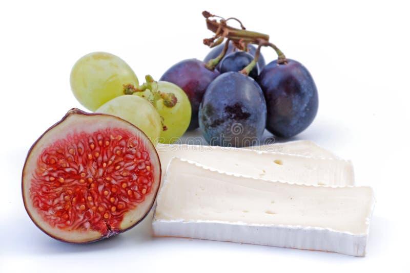 在白色和乳酪隔绝的无花果果子 免版税库存照片