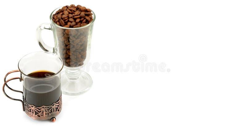 在白色和咖啡豆的热的咖啡隔绝的一块精美玻璃 r r 库存照片