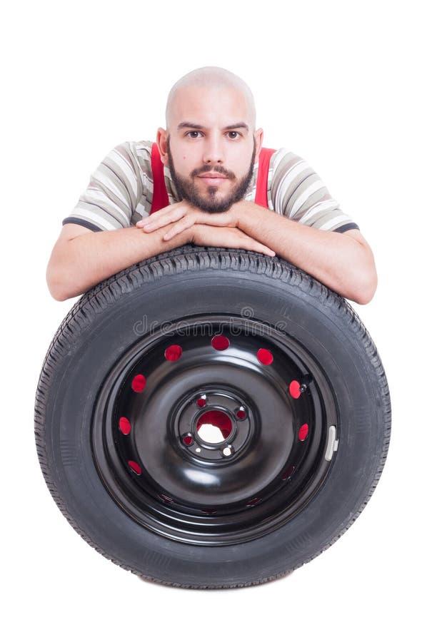 在白色和新的车轮轮胎隔绝的技工 库存照片