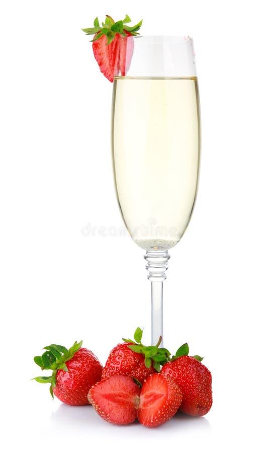 在白色和新鲜的草莓查出的杯香槟 库存照片