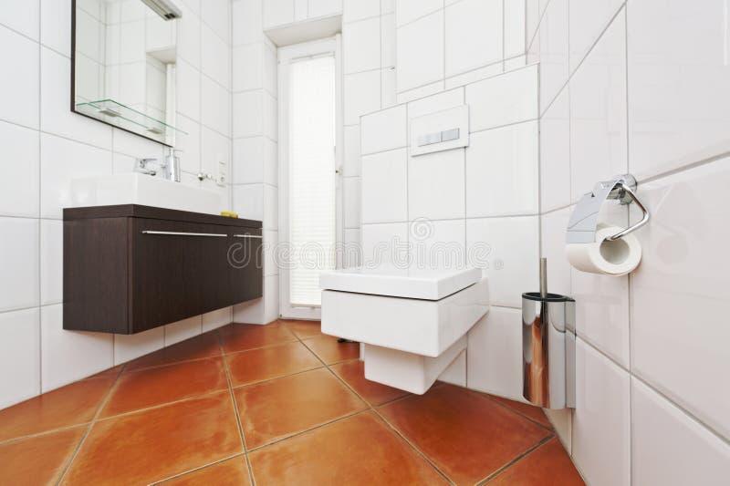 在白色和棕色颜色的卫生间内部 免版税库存图片