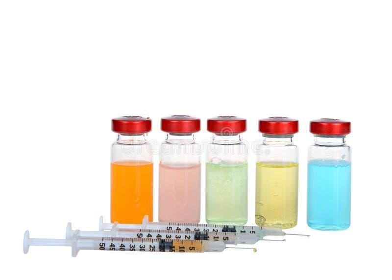 在白色和注射器隔绝的致幻剂小瓶 库存图片