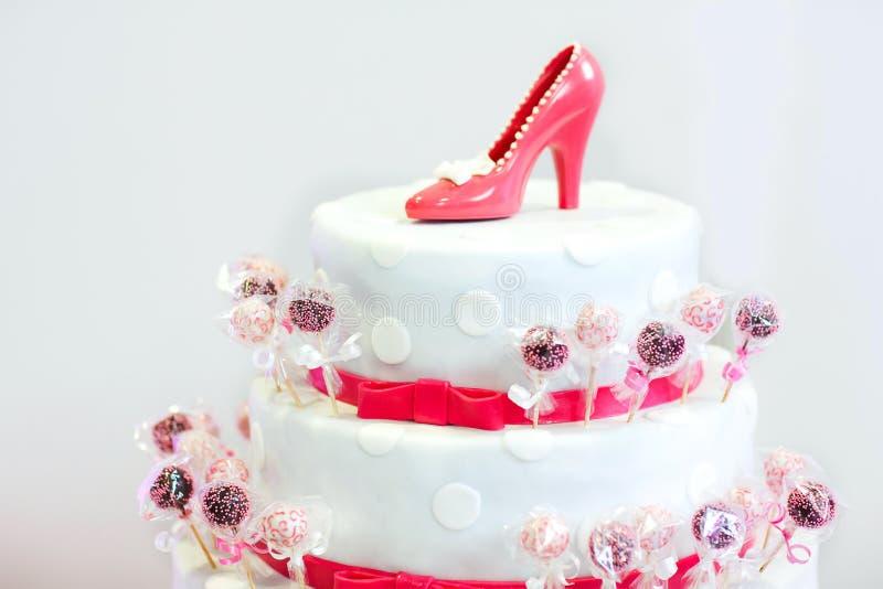 在白色和红色的可口美丽的婚宴喜饼与蛋糕流行 库存图片