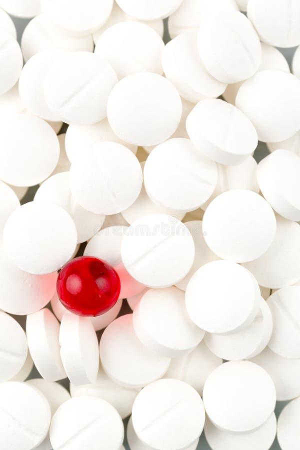 在白色和红色的片剂 免版税库存照片