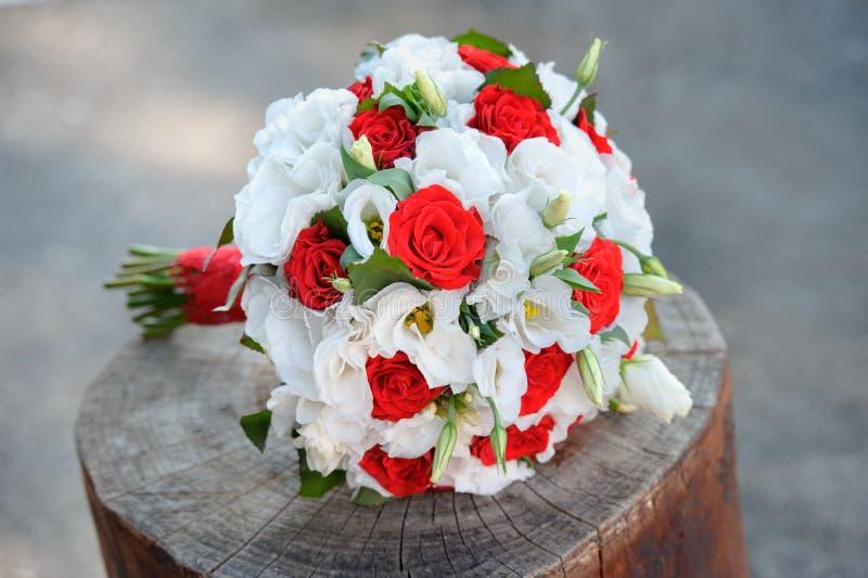 在白色和红颜色的精美婚礼花束开花 免版税库存图片
