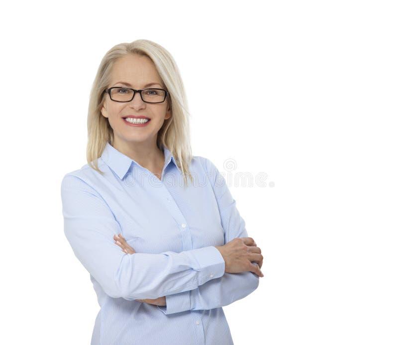 在白色和蓝色衬衣的女商人隔绝的玻璃 愉快的俏丽的妇女 免版税库存图片