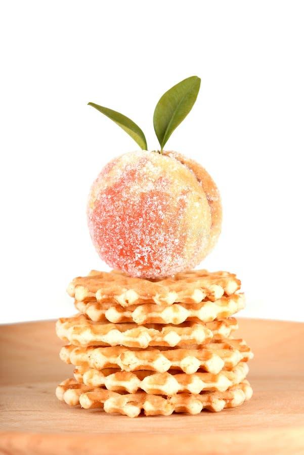 在白色和蛋糕隔绝的糖果果子 免版税库存照片