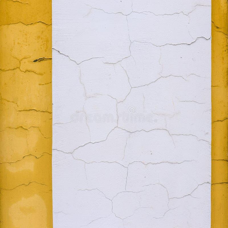 在白色和黄色墙壁上的镇压 几何颜色块和线 r 空白的背景,文本的空间 免版税库存照片