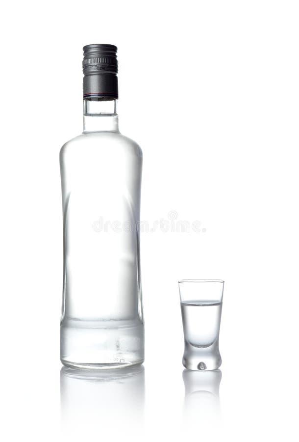 在白色和玻璃隔绝的伏特加酒身分瓶 库存图片