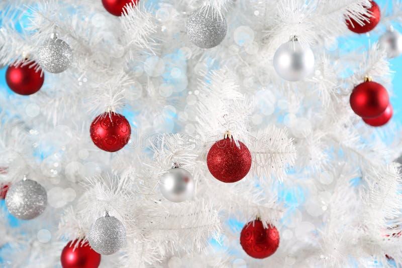 Download 在白色圣诞节树的圣诞节球 库存照片. 图片 包括有 抽象, 背包, 明信片, beauvoir, beautifuler - 62533076