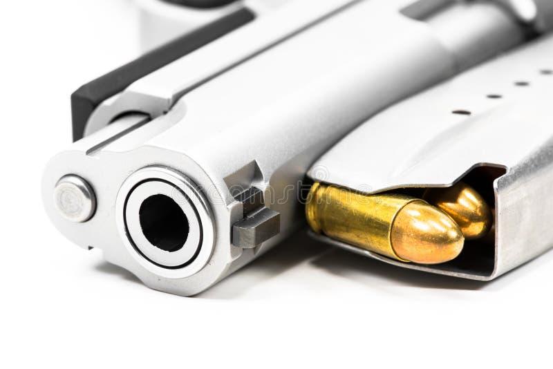 在白色地板上把放的枪 免版税库存照片
