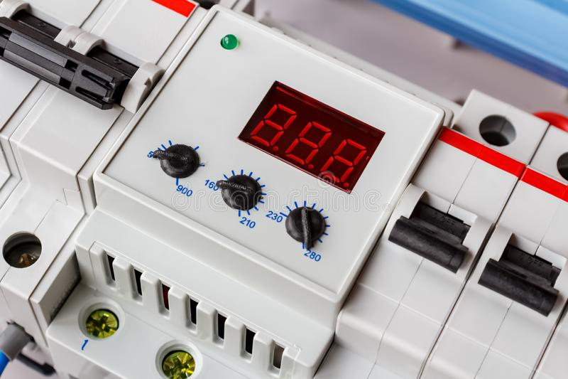 在白色塑料登上的箱子特写镜头安装的电压防幅器 免版税库存照片