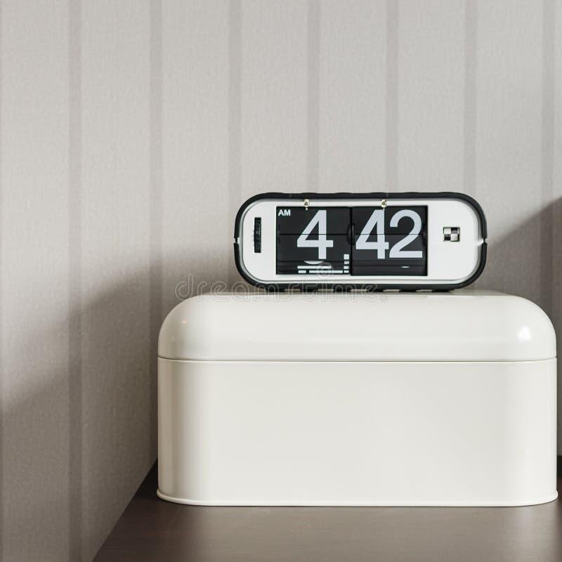 在白色塑料盒的现代闹钟 免版税库存照片
