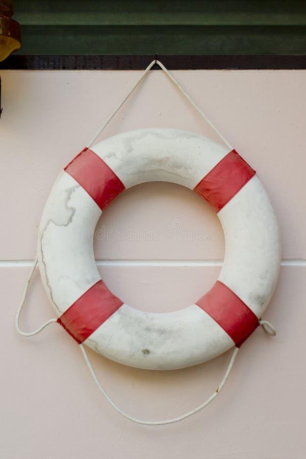 在白色墙壁上的救生背心 库存图片