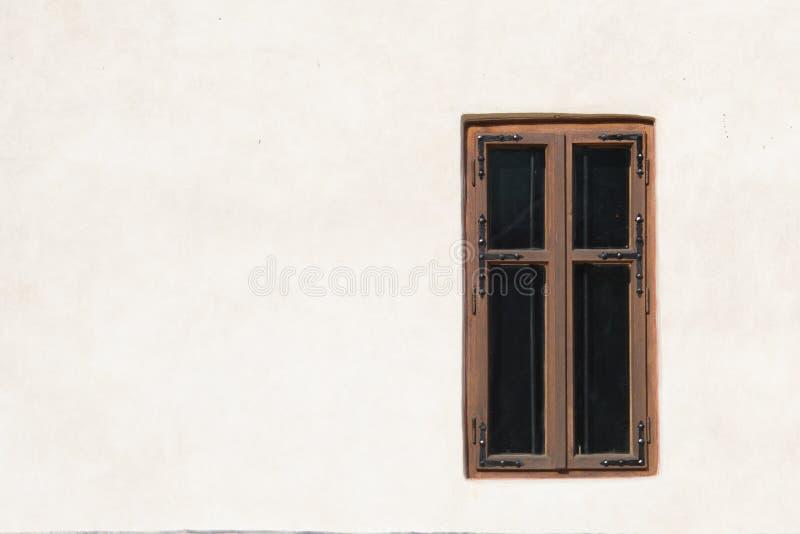 在白色墙壁上的木窗口 库存图片