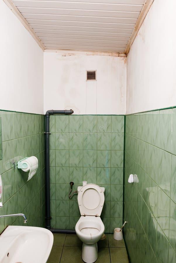 在白色墙壁上的湿污点 免版税库存图片