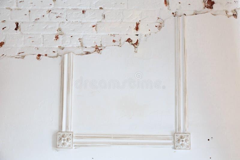 在白色墙壁上的空白的框架 库存照片