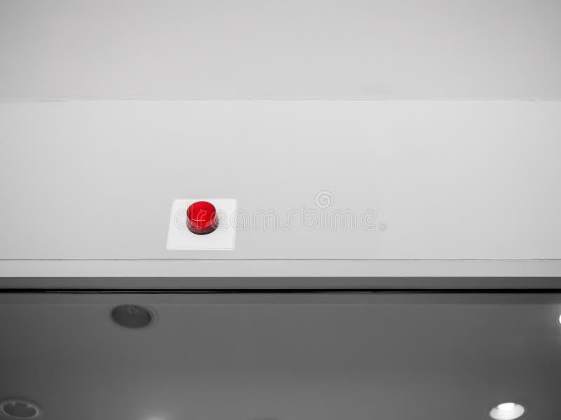 在白色墙壁上的紧急警报警报器在大厦里面 库存图片