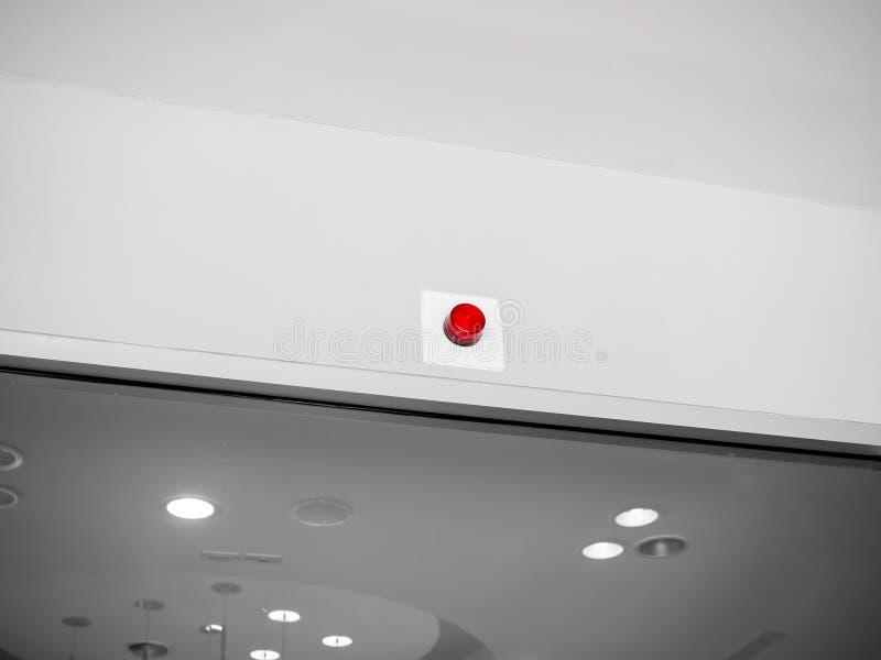 在白色墙壁上的紧急警报警报器在大厦里面 库存照片