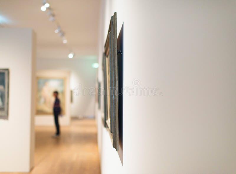 在白色墙壁上的艺术品在博物馆屋子里 库存图片