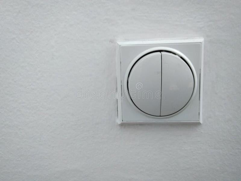 在白色墙壁上的轻的调转工 图库摄影