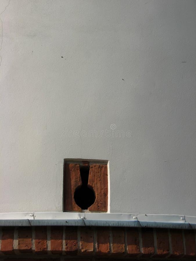 在白色墙壁的发射孔 免版税库存图片