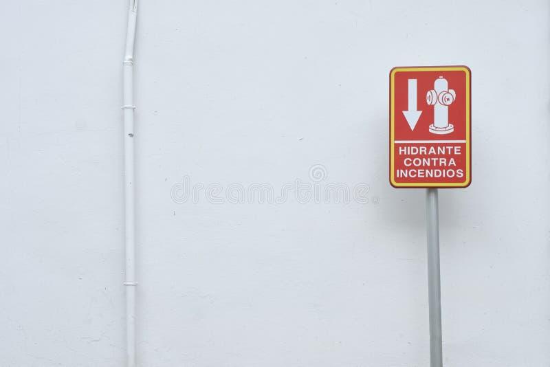 在白色墙壁的Hidrant信号 免版税库存照片