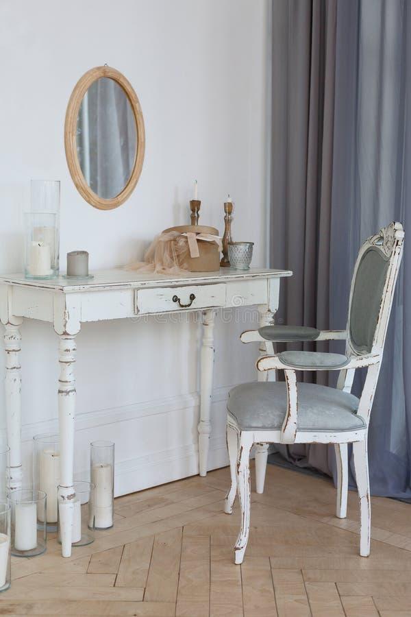 在白色墙壁背景的白色木桌 现代设计内部的顶楼 库存图片