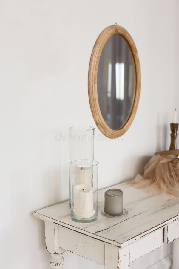 在白色墙壁背景的白色木桌 现代设计内部的顶楼 免版税库存照片