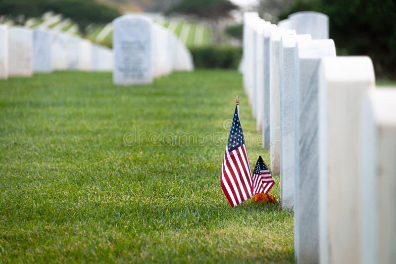 在白色大理石坟墓的美国国旗 库存照片
