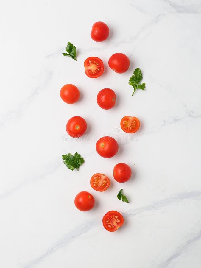 在白色大理石桌上的西红柿 库存图片