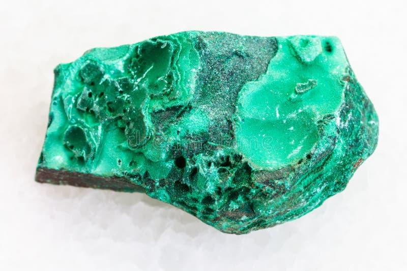 在白色大理石的粗砺的绿色绿沸铜石头 图库摄影