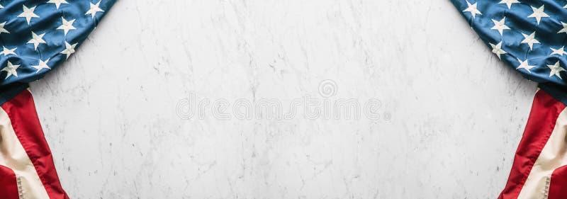 在白色大理石背景的特写镜头美国国旗 免版税库存图片